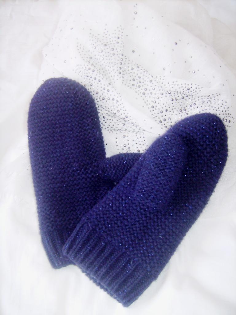 Photo de moufles, épais, en laine bleue marine, légèrement parsemée de fils brillants.