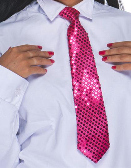 Une cravate rose à sequins sur une chemise blanche d'homme. On voit les mains manucurées d'une femme.