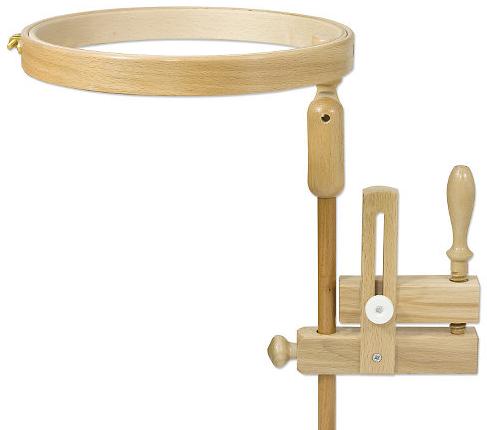 Le tambour à broder est constitué de deux cercles, l'un sur lequel on pose le tissu, la broderie...ou le pull (!), et l'autre qui a un diamètre légèrement supérieur et qui enserre le tissu : il permet de le tendre. On l'ajuste par une petite vis. Le tambour est ensuite composé d'une fixation de table.